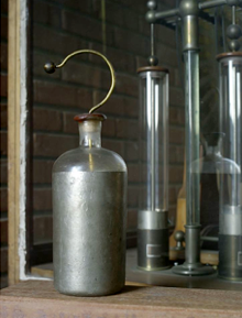Une des bouteilles de Leyde exposées à l'Experimentarium de physique