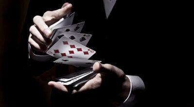 Mains battant des cartes